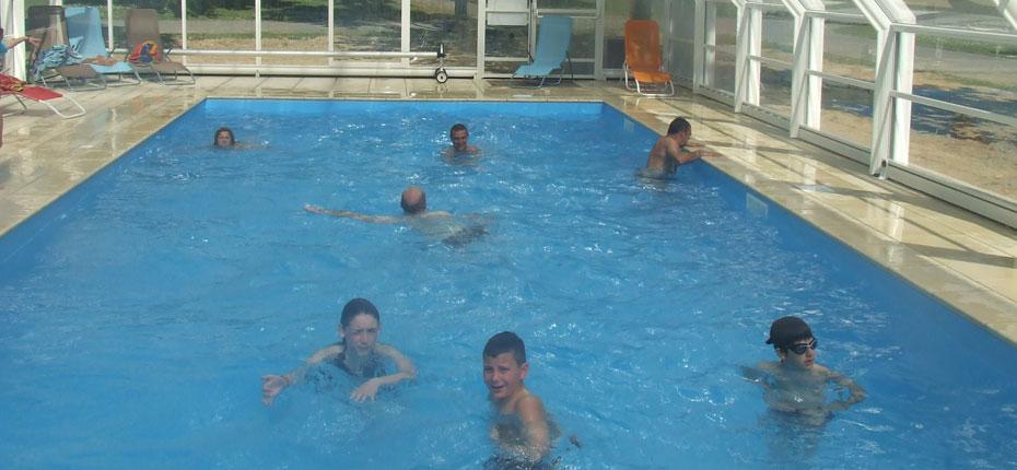 Notre piscine chauffée au camping à Bain de Bretagne