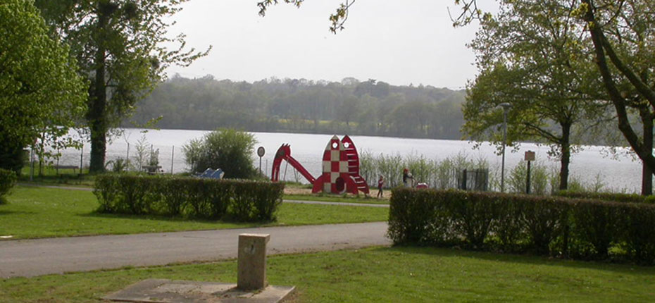 Aire de jeux pour enfants près du Lac au camping