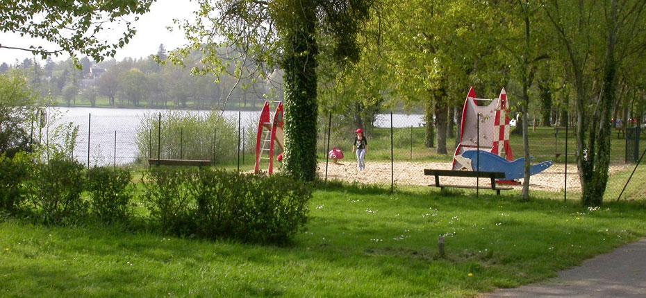 Aire de jeux au camping du Lac en Bretagne
