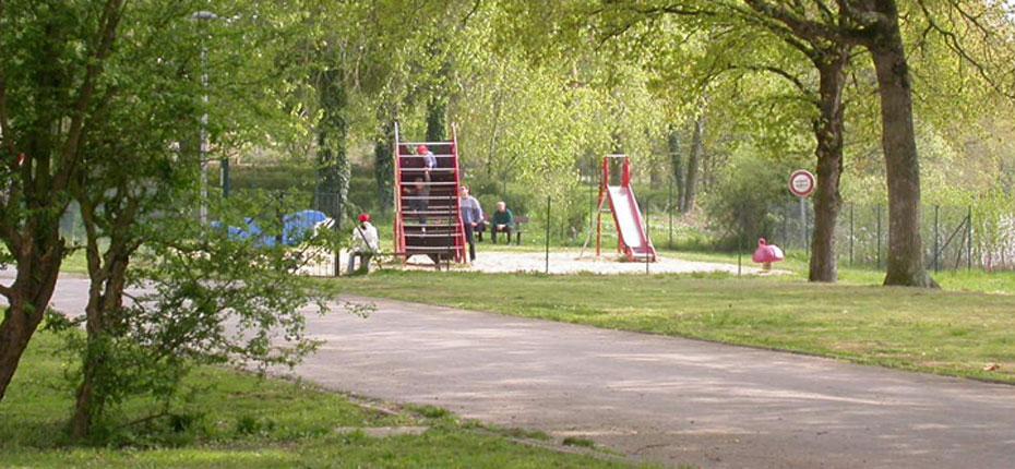 Toboggan et jeux pour enfants à Bain de Bretagne au camping du Lac