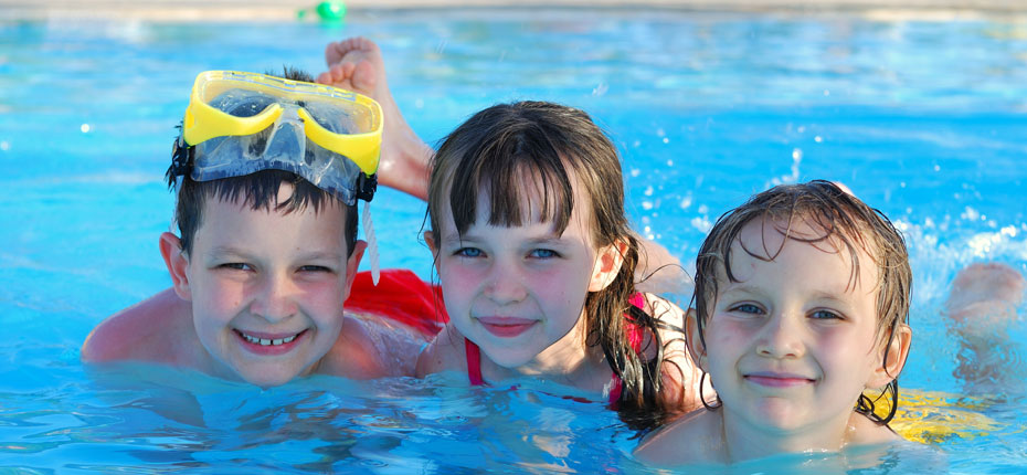 La piscine chauffée de notre camping à Bain de Bretagne