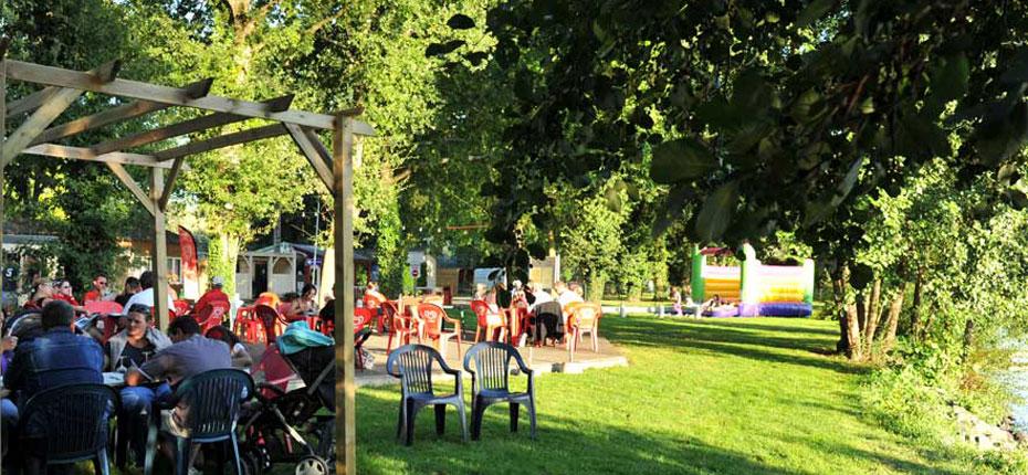 La terrasse du bar du camping du Lac